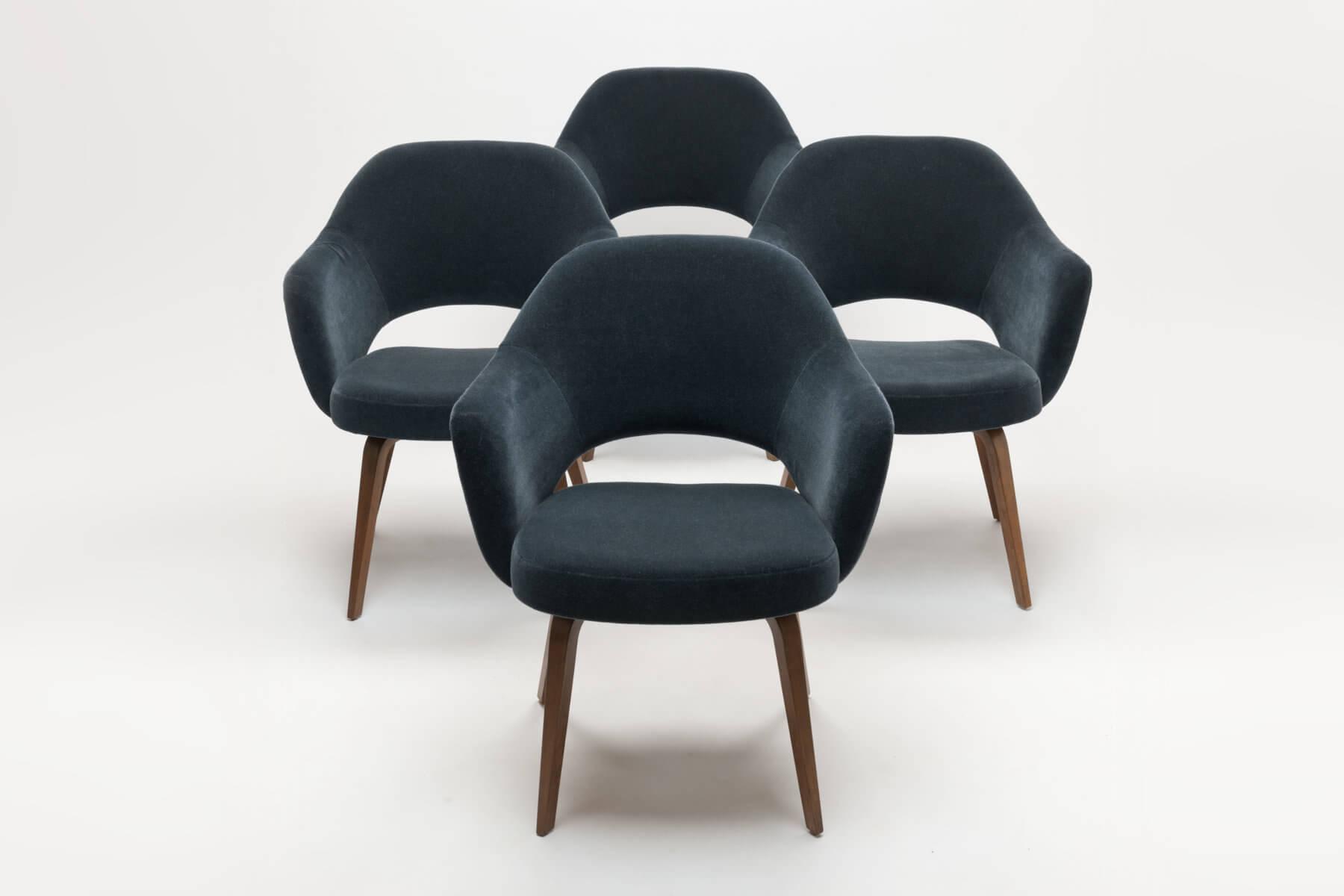 Vier Vintage Eero Saarinen Executive Armchairs met houten poten